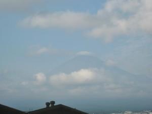 最後にうっすらと姿を現した富士山(帰りのバスから撮影)