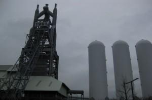 「1901」の看板が掲げられた東田第一高炉。今にも泣きそうな天気だったのがちょっぴり残念でした。