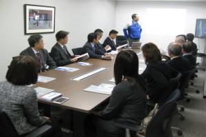 歓迎の挨拶をするロボット基幹技術部次長の松浦さん。