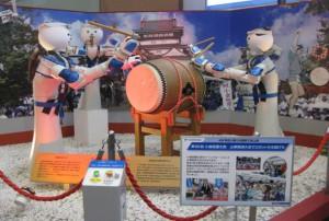 第60回小倉祇園太鼓の山車競演大会に参加したロボットが、太鼓打ちの実演をしました。